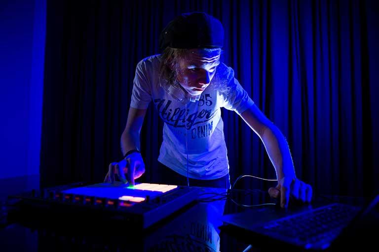DJ-Producer-dreng-mixer-768
