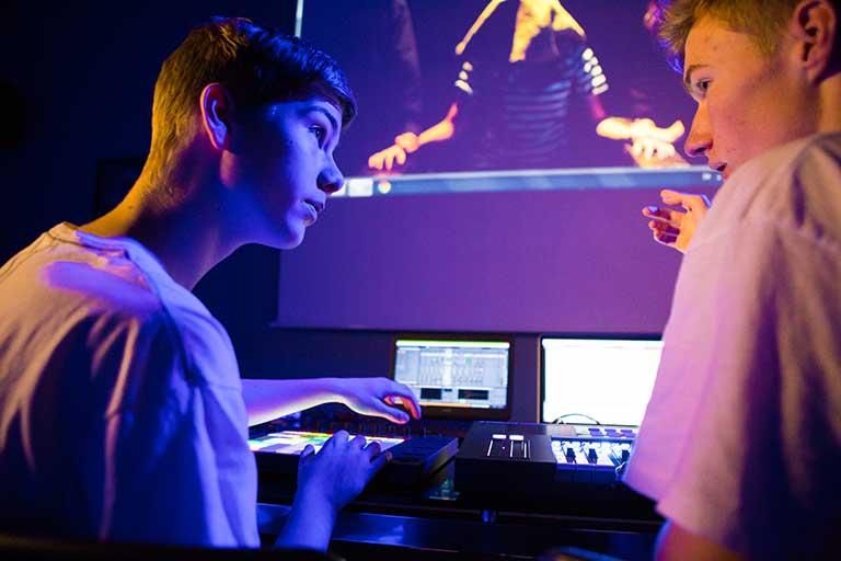 DJ-Producer-drenge-diskuterer-lydspor-768