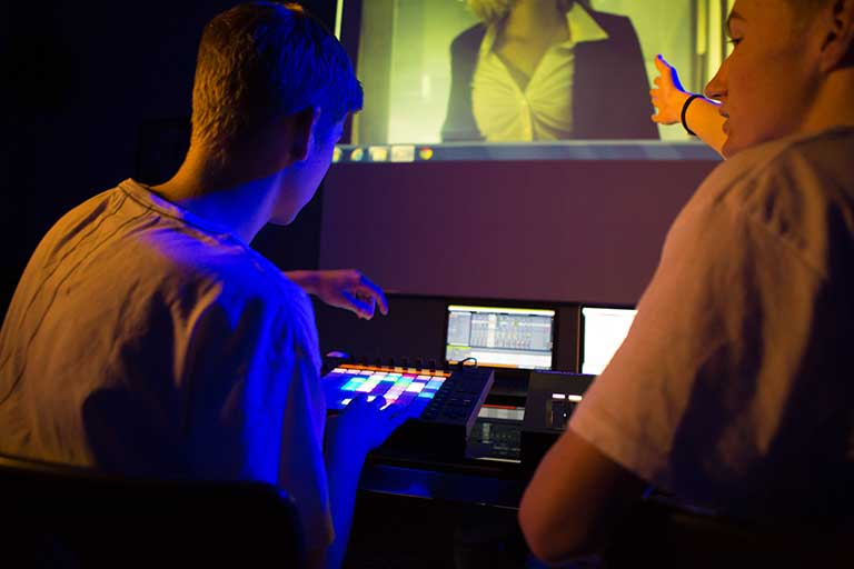 DJ Producer elever arbejder med lydside til film