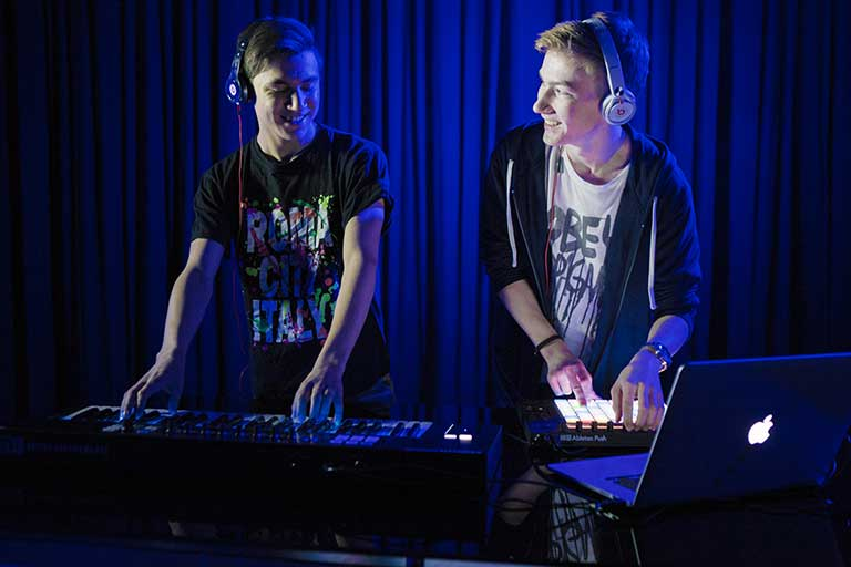 DJ og producer elever spiller med keyboard og launchpad