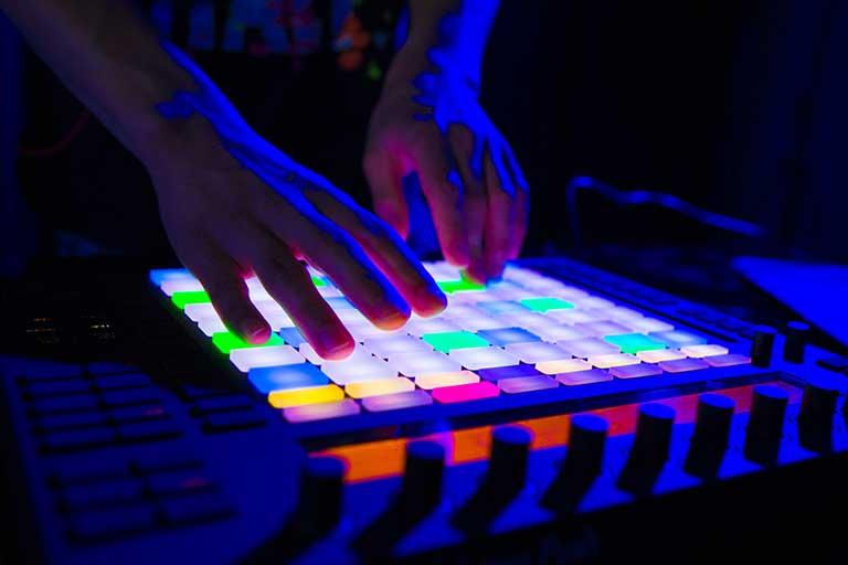 DJ-Producer-elev-arbejder-med-launchpad-768