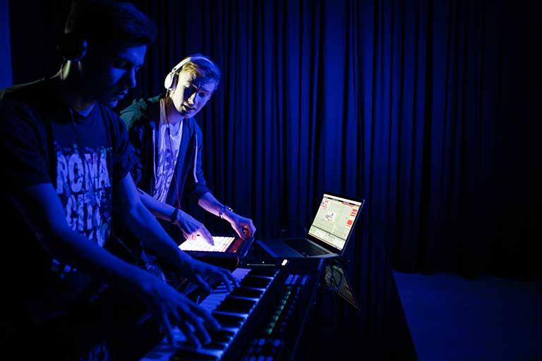 DJ-Producer-elever-arbejder-med-lyd-768