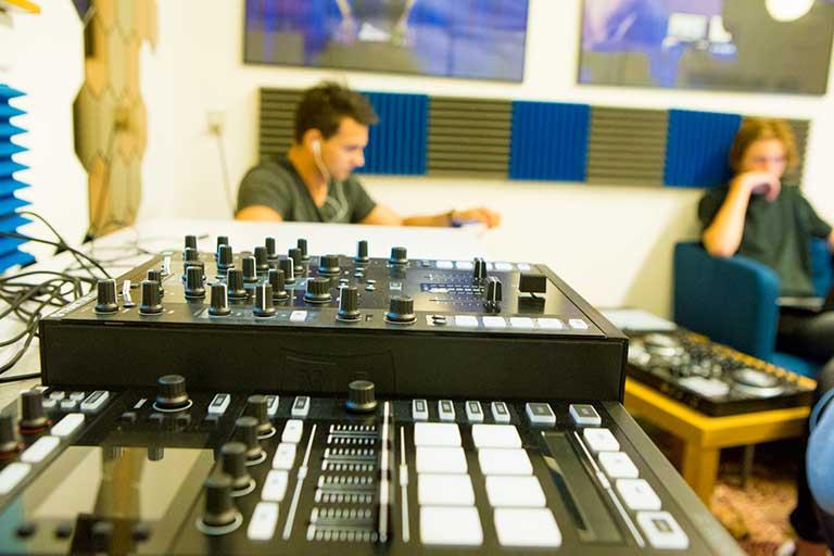DJ-Producer-grej-768