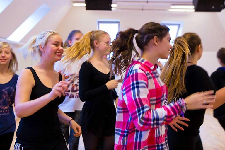 Piger øver sig i dansesalen