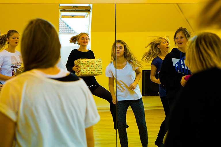 I dansesalen udviklerne danserne deres show