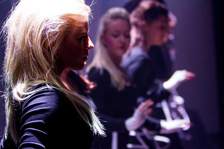Dans-show-pige-lys-i-haar-768