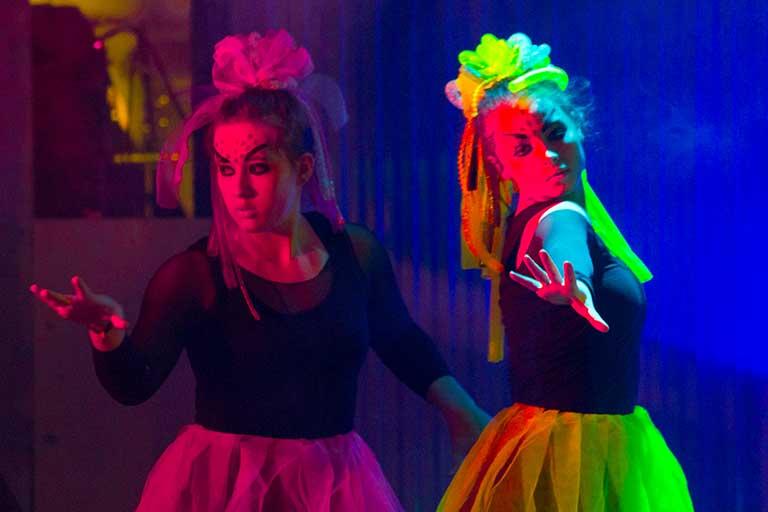 Dans-show-piger-i-neon-768