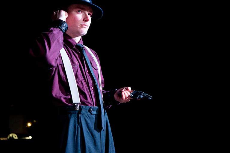 Filmskuespil-person-med-pistol-768