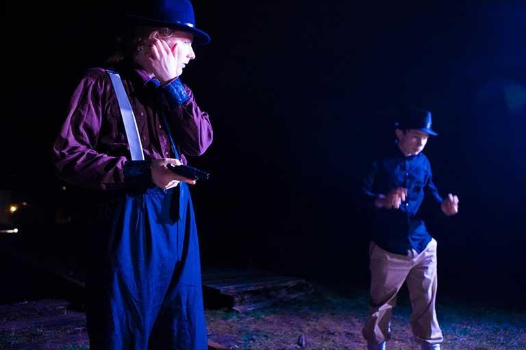 To skuespillere under natoptagelse til gangsterfilm