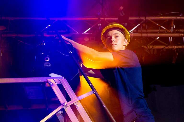 Lyd-og-lys-dreng-med-hjelm-og-gul-projektoer-768