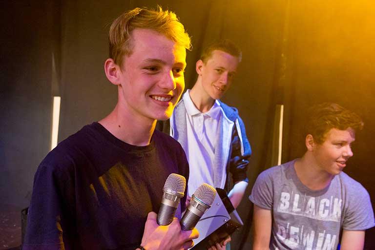 Lyd-og-lys-dreng-med-mikrofoner-768