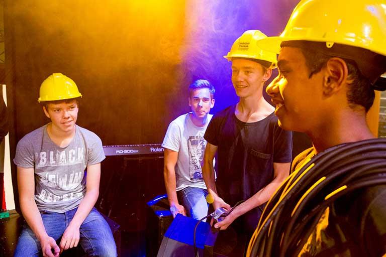 Gruppe af lyd og lys elever med hjelme