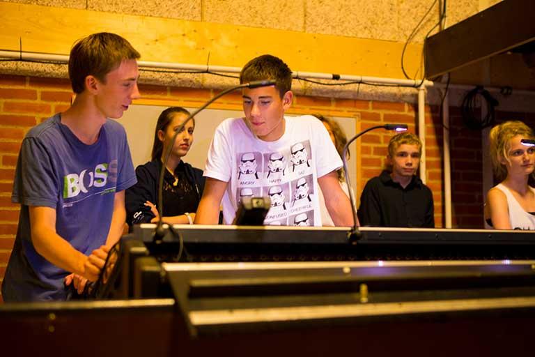 Lyd og lys elever ved kontrolpult
