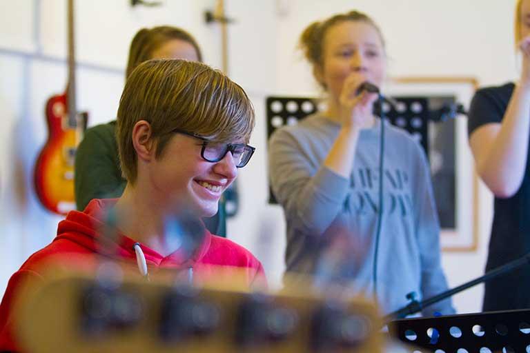 Elever spiller musik i øvelokale