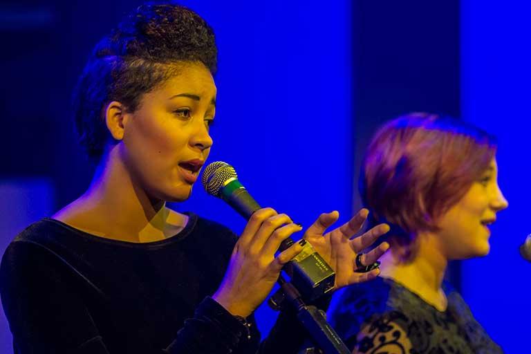 Musik-pige-synger-768