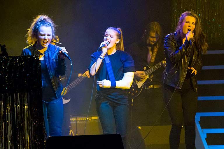 Musik-piger-synger-i-band-768