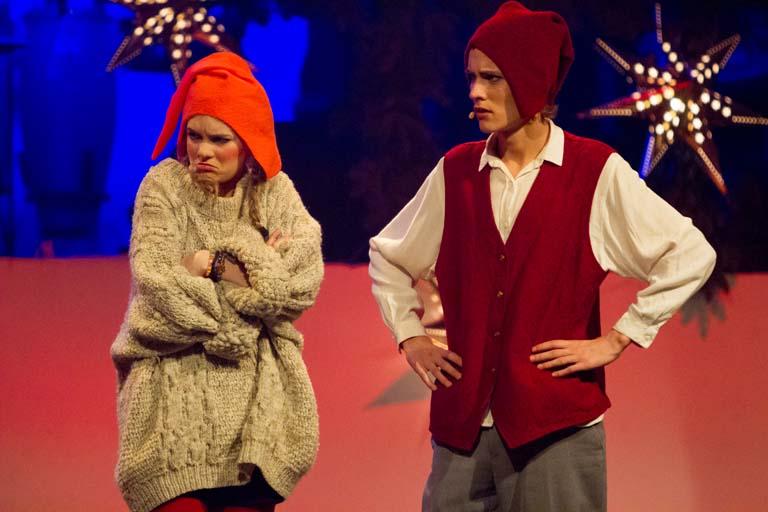 Teater stillfoto: Nissepigen er sur på nissefar
