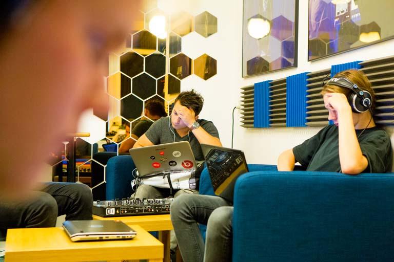 Drenge laver elektronisk musik