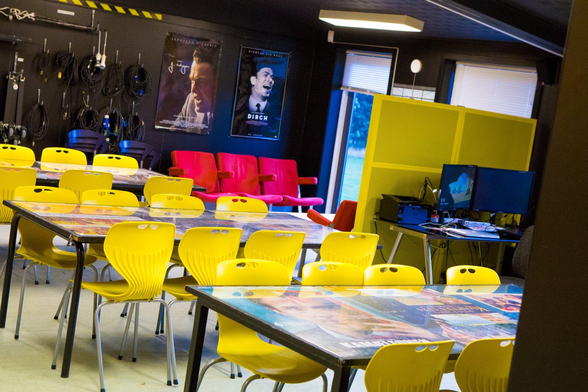 Filmlokalet med gule stole og masser af grej