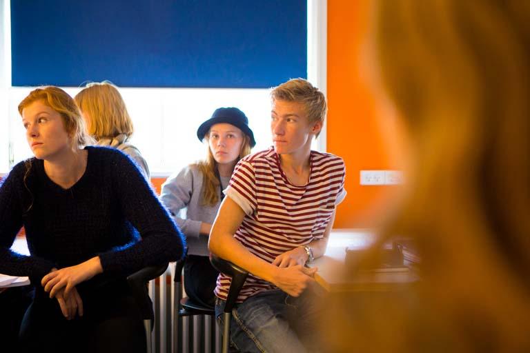 Fire elever følger med i undervisningen