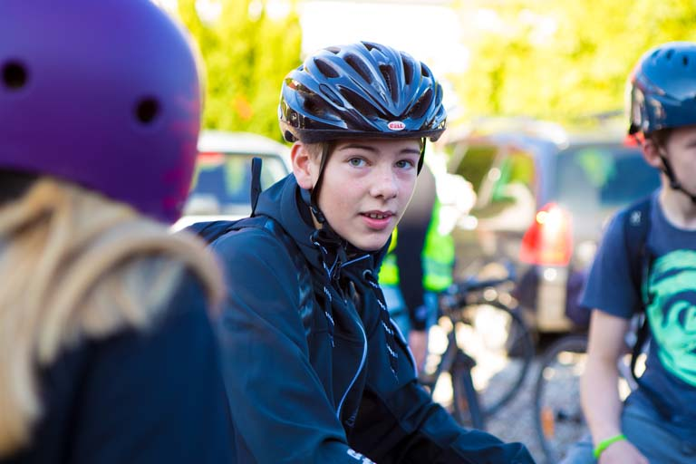 Dreng med cykelhjelm klar til at tage af sted