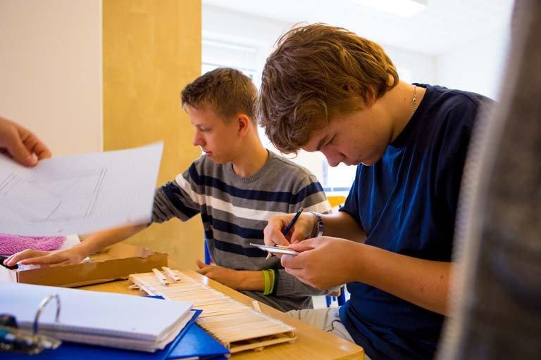 Drenge laver en bro af ispinde ud fra statiske beregninger