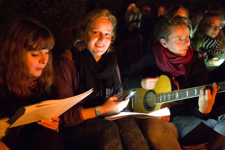 Elever og lærere synger ved bålet