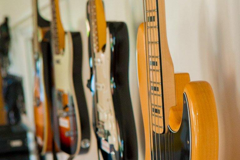 Elektriske guitarer på række i øvelokalerne