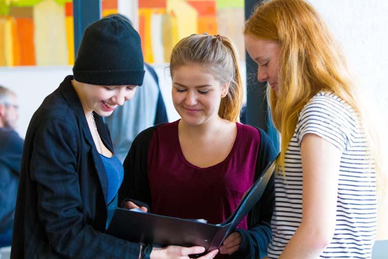Tre elever planlægger et projekt
