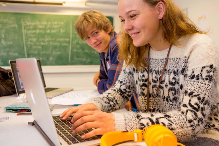 To elever laver projektarbejde i 10. klasse