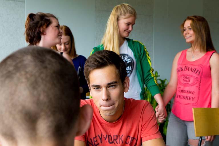 Elever taler sammen i spisesalen