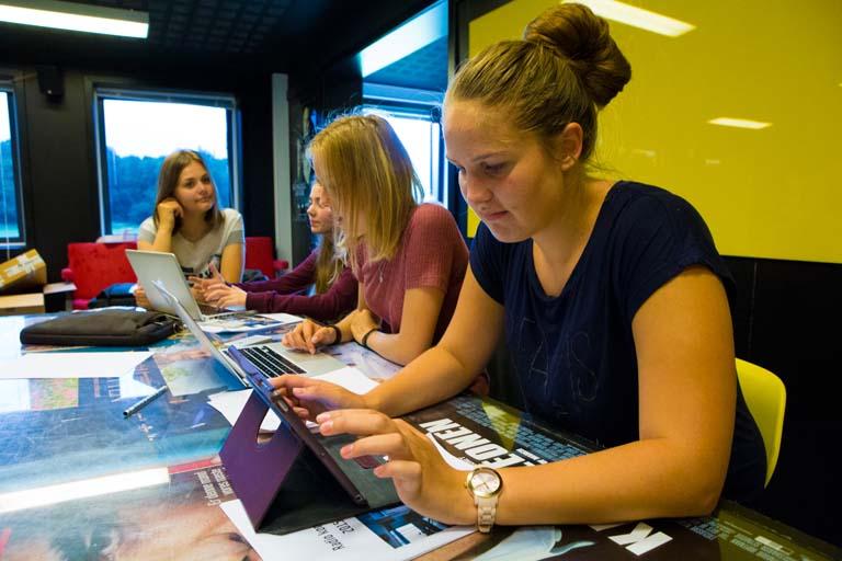 Gruppe af piger laver skolearbejde