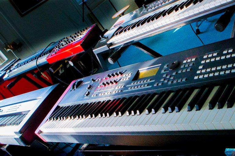4 tangentinstrumenter opstiller sammen i øvelokale