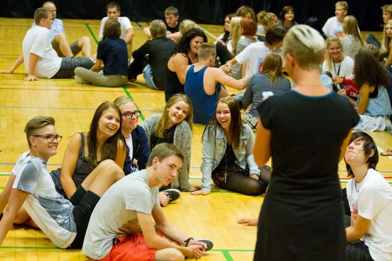 Lærer med elever i idrætshallen