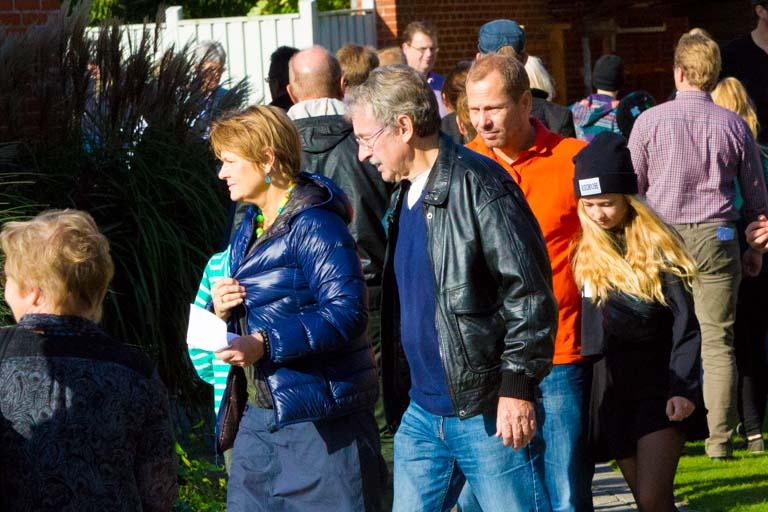 Forældre og børn på vej rundt på skolen