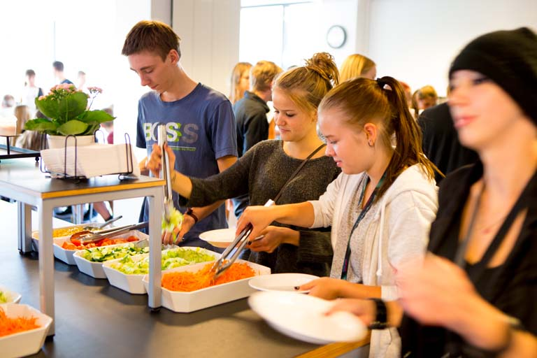Elever i salatbaren