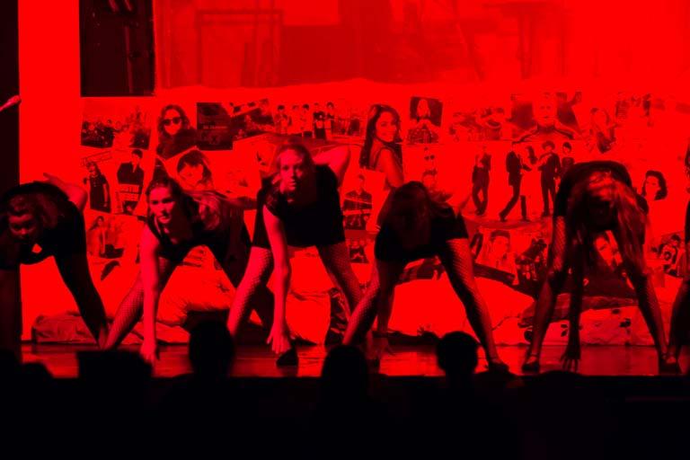 Dansere i rødt lys