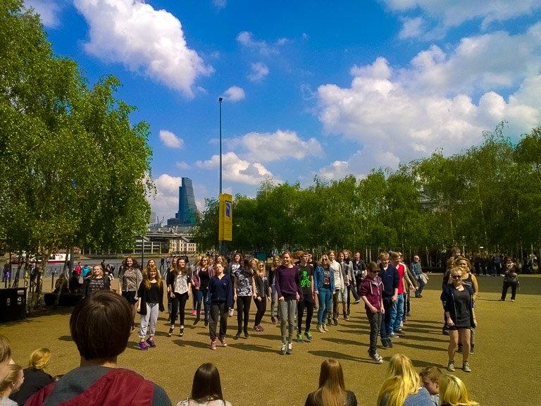 Elever optræder foran Tate Gallery