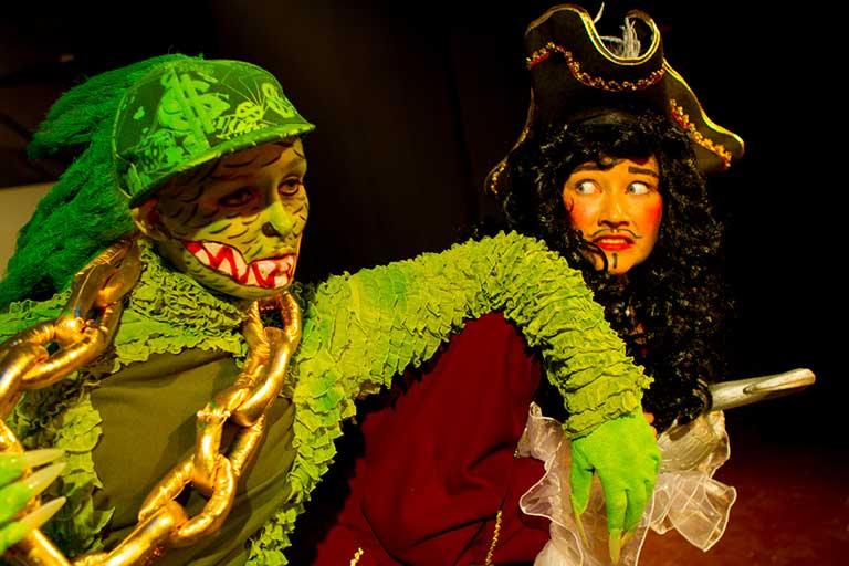 To skuespillere i farverige kostumer