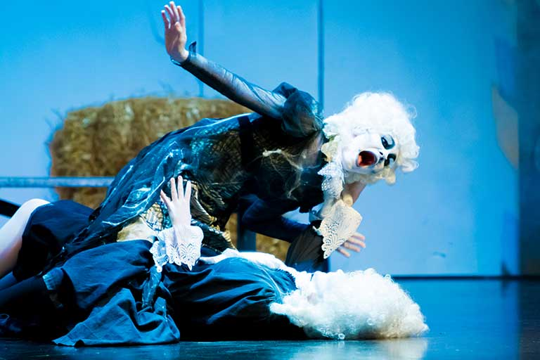 Teater-forestilling-dramatisk-scene-768