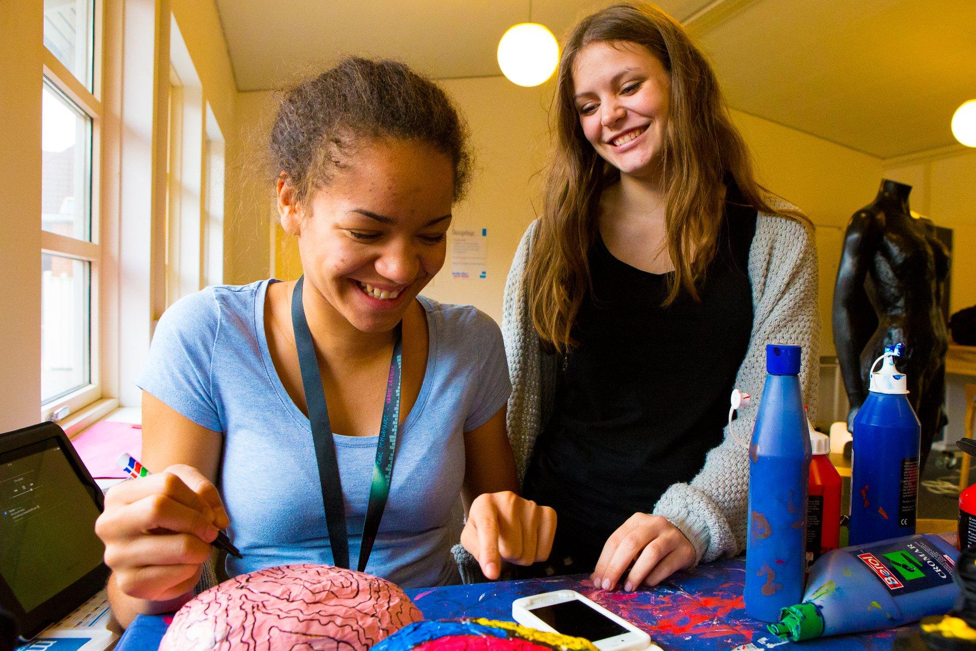 To piger maler en hjerne
