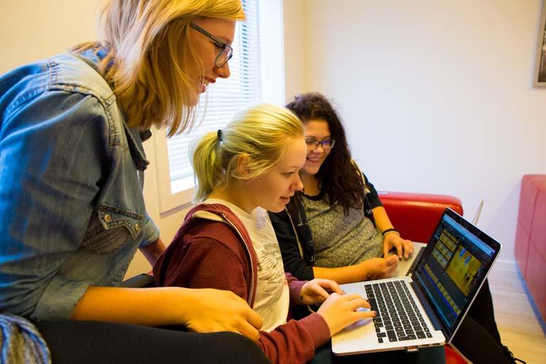 3 piger laver gruppearbejde