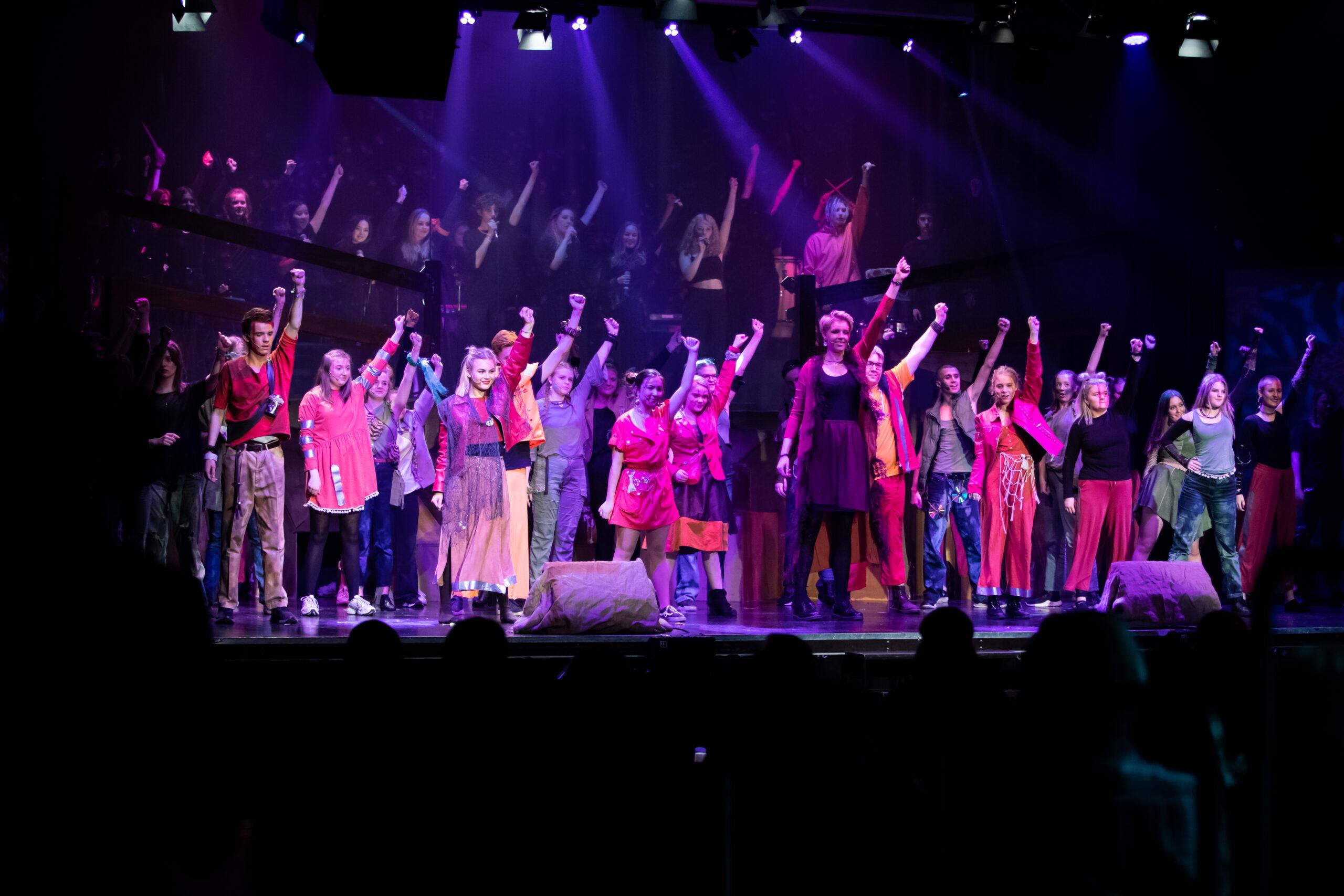 Efterskole fællesskab på scenen med varme værdier og performance