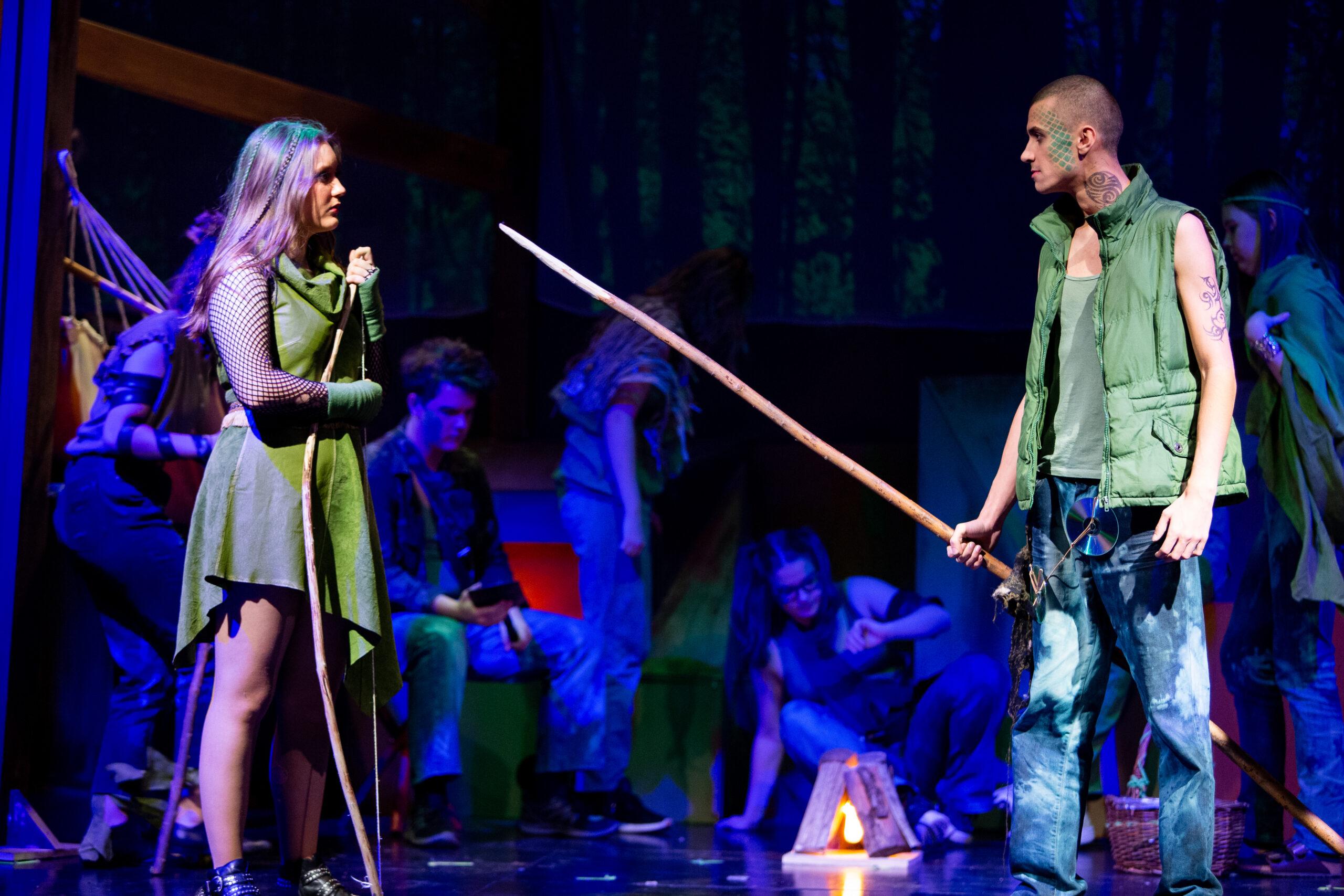 Elever bag scenen i teater forestilling
