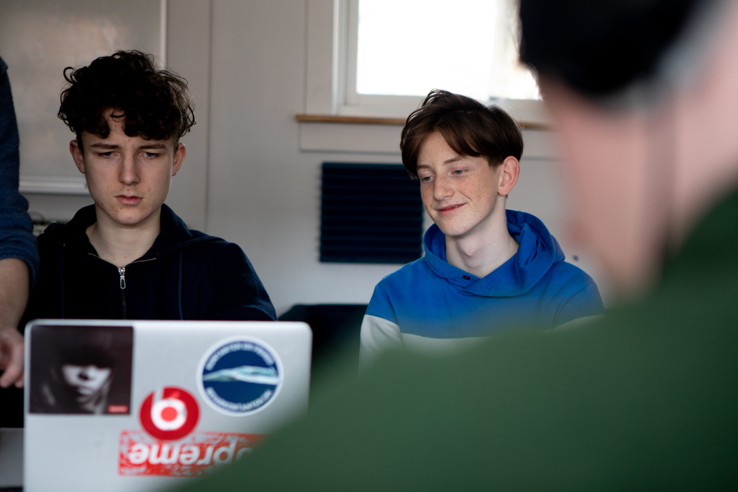 Elev lytter ved laptop